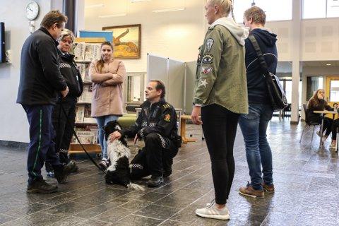 PÅ SKULEN: Tysdag stilte politiet med narkohundar på Flora vidaregåande skule. Dette er ein del av det førebyggande samarbeidet mellom skulen, politiet, elevrådet og russen. Til venstre på bildet er stasjonssjef Wenke Hope og russepresident Solveig Knapstad.