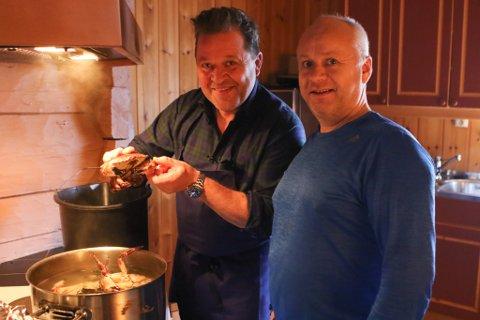 KRABBECREW: Arne Hjeltnes og Øystein Berge kokar krabbe.