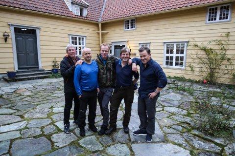 GUTTA PÅ TUR: F.v.: Arne Brimi, Øystein Berge, Bjørn Dæhlie, Johan Trygve Solheim og Arne Hjeltnes på gardsplassen på Hovudgarden på Svanøy.