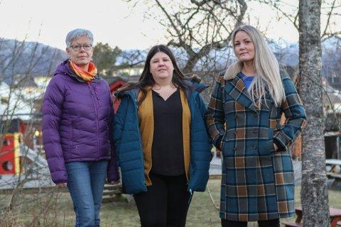 SKEPTISKE: F.v.: Styrar Kari Berge og verneombod Hege Merethe Johnsen i Nepjarhaugen barnehage saman med Evy Cathrin Hennøy frå Utdannignsforbundet.