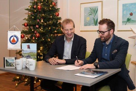 Gustav Johan Nydal frå Kinnaspelet og Erlend Toftesund frå Saga Fjordbase AS signerer forlenging av sponsoravtalen - 225.000 over 3 år.