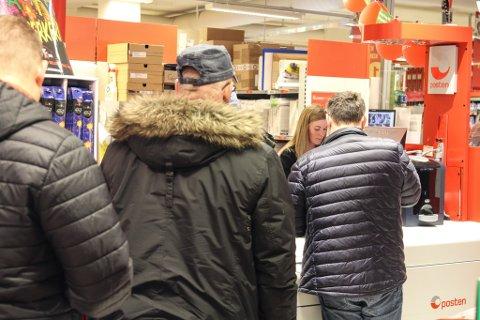 Det var konstant kø framfor postskranken då Firdaposten var innom Coop Extra i ettermiddag, men Kjersti Larsen Sundal ser gjerne at enno fleire kjem og hentar pakkane sine - så fort dei får hentemeldinga.