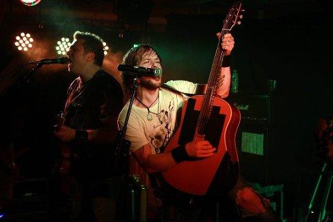 FULL TRØKK: Kokken Tor er kjende for å gi alt frå scena og skape god rockestemning. Her frå ein konsert nokre år tilbake på Haavebua.