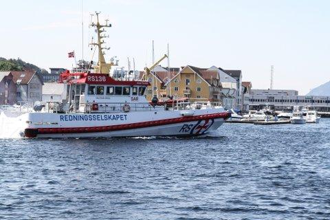 RS Halvdan Grieg på veg ut Florøvika. No kan dei også rekvirerast av polititet, når dei har bruk for forstekingar til sjøs.