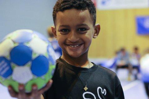 Rufael (7) er blant dei 80 barna mellom 6 og 12 år som deltar på Rema 1000 handballskule no i vinterferien.