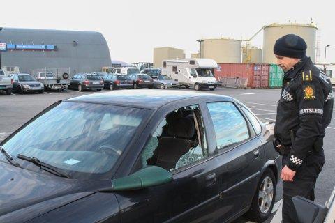 Politibetjent Trond Hatlenes ved ein av dei ramponerte bilane.