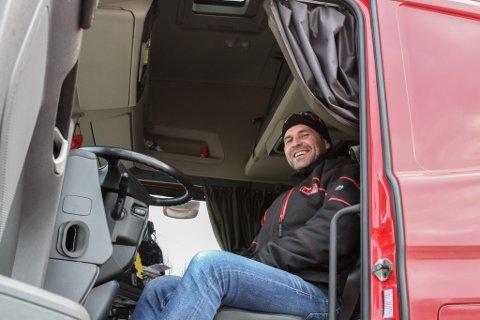 LIVSSTIL: Torgrim Larsen fortel at det å vere langtransportsjåfør er eit livsstilsyrke. – Jobben blir ein vanvittig stor del av livet. Sjåførane har lange arbeidsdagar og bur i bilen når dei er på jobb.