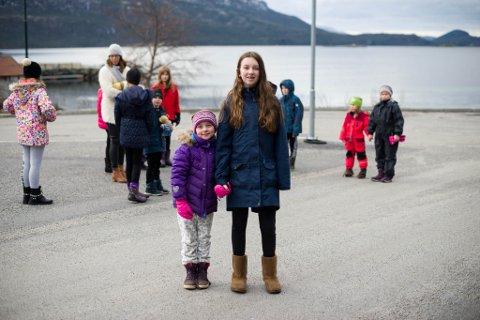 TRYGGARE VEG: Julia Rønnekleiv Endestad (13) og lillesøstra Amanda (7) ved Eikefjord skule. Julia vart påkøyrd på skulevegen då ho gjekk i første klasse.