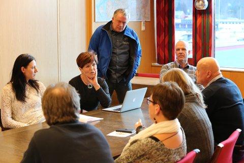 Politikarane i Bremanger er ikkje samde med kollegaene sine i Flora, og ønskjer Naustdal og Førde vidare med i Kystvegen-styret.