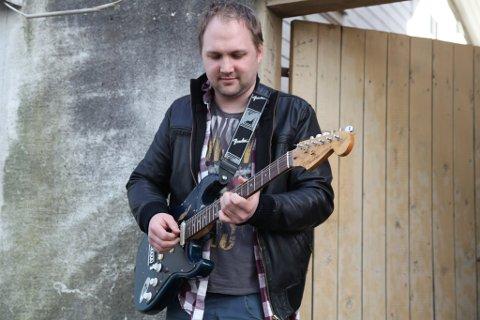 Erlend Baugstø. skal spille gitar med Frode Alnæs. Gitarist