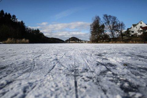 I skuletida måndag var det ikkje så mange å sjå på isen på Storevatnet, men det blir nok folksamt utpå her i løpet av ettermiddagen.