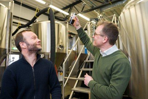 Espen Lothe og Gabriel Ossenkamp testar øl brygga med spirulina.