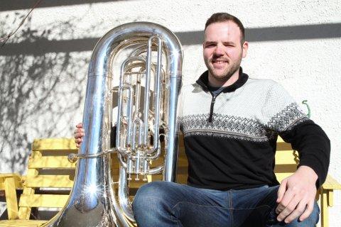 Tubaen har vore Kristian sitt instrument i 15 år, men det er også tid til andre hobbyar: - Eg likar å trene. Det hjelper å vere i god form når ein spelar.