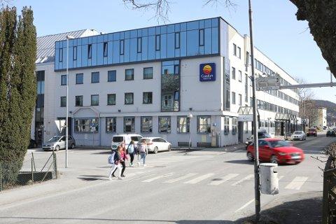 NY INNGANG: Her på vestsida skal den nye inngangen og resepsjonen i Comfort Hotell Florø ligge. Alt skal vere klart, ny restaurant inkludert, på desse tider neste år.
