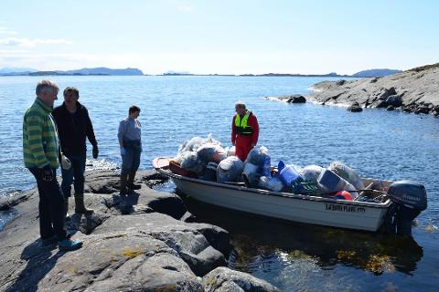 Knut Hovden (i båten) og 25 andre plukka 150 sekkar plast på Søre Nærøya i fjor. Dei frivillige må ta ansvar i år også skal det bli rydda noko langs strendene.