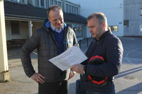Solvik Olsen og Ola Teigen diskuterer, sist gond ministeren var på besøk til Florø lufthamn