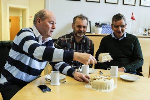 Geir Hoddevik frå Global Fish, ordførar Ola Teigen og Magnus Strand frå Pelagia feira salet av Pelagia-anlegget i Florø med kake. Foto: David E. Antonsen