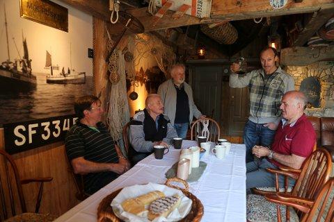 Sogenemnda 2018- Ola Martin Grotle, Anton Senneset, forfattar Magnus Torvanger, Kurt Hauge med kaffien og Jan Torvanger. Her i naustet til Selma Svarstad har Kurt bygd opp ei privat lite museum.