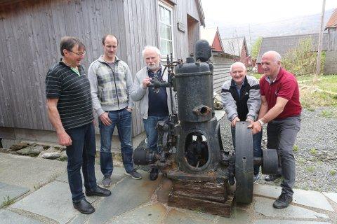 Boknemnda 2018- Ola Martin Grotle, Kurt Hauge, forfattar Magnus Torvanger, Anton Senneset og Jan Torvanger. Her ved sidan av ein god gammaldags semidiesel-motor i Struen.