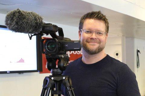Ser du journalist David E. Antonsen stå og filme i Strandgata, må du vinke til verda!