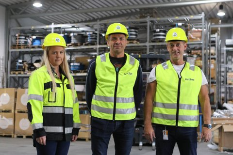 SIKRA ARBEID: Materialforvaltarane Elisabeth Rasmussen og Fritz Leon Valvik, med varehusleiar Hans Eirik Johnsen i midten.