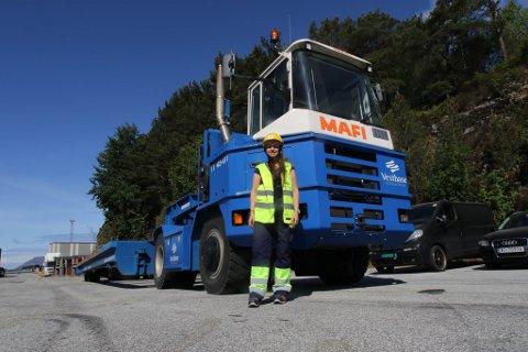 MASKINFØRAR: Martine Øren frå Eikefjord trivst best bak rattet på dei store Mofi-traktorane på basen.