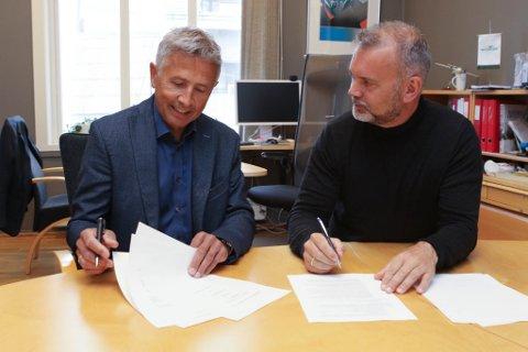 INTENSJONSAVTALE: Her signerer Trond Økland i Kvartal 25 AS og ordførar Ola Teigen under intensjonsavtalet om eit framtidig administrasjonsbygg i Bankhola.