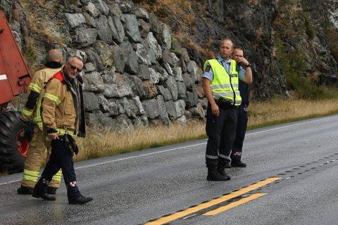 PÅ STADEN: Etterforskingsleiar Kjell Magne Barsnes (t.h.) var på staden då ein personbil og ein traktor kolliderte ved rasteplassen på Klavelandet.