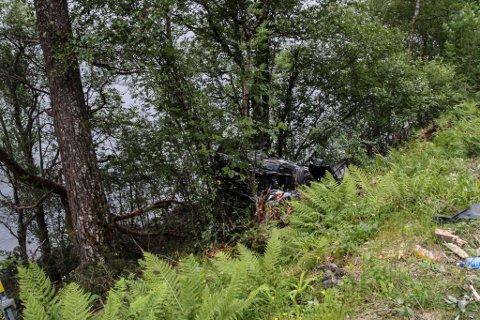 Bilen vart liggande med alle fire hjula i vêret etter ulukka. Dei to som sat i bilen var svært heldige som kom seg ut ved eiga hjelp. Bilen låg ikkje stødig, sa redningsmannskapet.