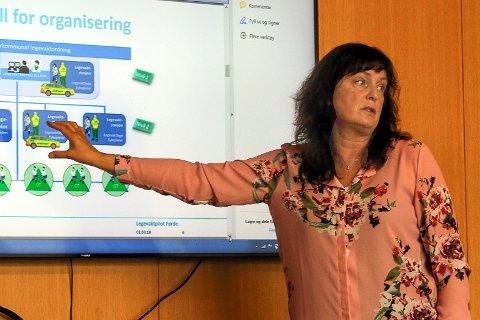 LEGEVAKTUTPRØVING: Kommunalsjef for helse og omsorg, Randi Ytrehus, viser fram ein prøvemodell for legevakt om natta.