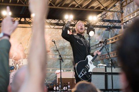 9. september kjem Terje Winterstø Røthing og resten av Skambankt til Florø samfunnshus, som arrangerer unplugged-konsert i samarbeid med Vesle Kinn.
