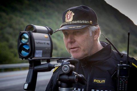 PÅ JAKT: Utrykkingspolitiets patruljeleiar Einar Vereide fortel dei må stå lengre bak lasaren før dei tek beslag i førarkort.