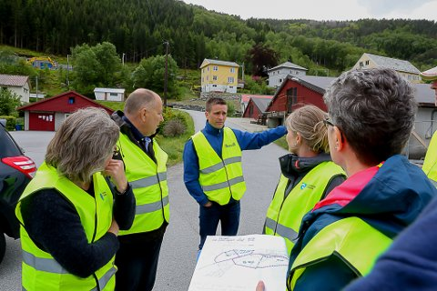 Formannskapet på synfaring - Bjarte Steinhovden informerer om framdrifta av utbygginga som totalt kan koste kring 600 millionar kroner.