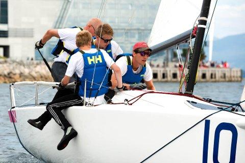 Seglarane fra Florø Seilforening kom på andre plass i den tredje runden i serien.  Frode Stavang, Even Onstad, Vegard Reksten Årebrot og Kjetil Karstensen Indrehus.