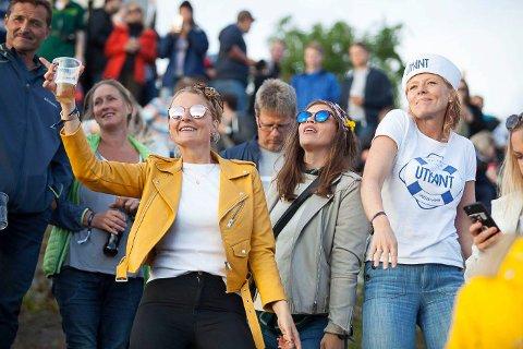 SPÅR REKORD: Presseansvarleg Linn Dyveke Wilberg (t.h.) trur på ei rekordutgåve av Utkantfestivalen i 2018