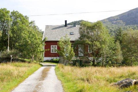 I det gamle skulehuset i Botnane budde Jan-Magnus Bruheim i sju år. I vindauget kunne han sjå utover bygda. Skulehuset i Botnane er i seinare tid nytta som grendahus.