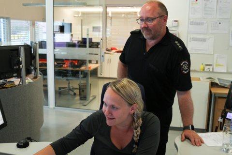 Alarmsentralen tilset helsepersonell i samband med kommunane si satsing på velferdsteknologi. Beate Kalland er sjukepleiar og forholdsvis nytilsett. Jan Gunnar Holvik har lengre fartstid.
