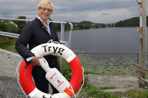 Myrtell Horne i Florø bys vel hengte på plass ei ny livbøye denne veka.