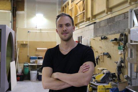 Designfantomet Torstein Aa gler seg til å vise fram produktet sitt.