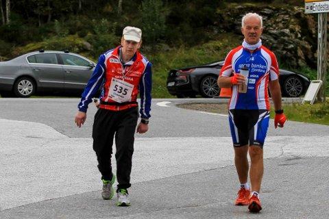 MÅLGANG: Audun Ramsdal under målgangen i Eikefjord Løpskarusell. Med han på turen gjekk medsyklist Arne Jacobsen frå Florø Cykleklubb.
