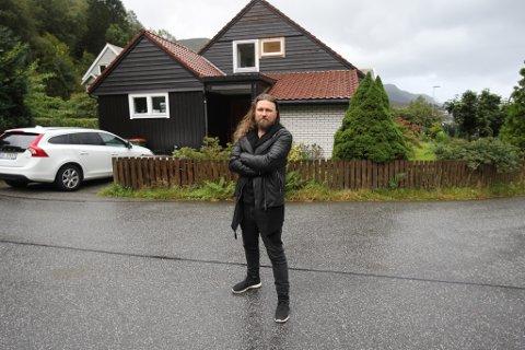 HEIME: Thomas Øvstedal utanfor familiebustaden han deler med kona Ingvild, sonen på åtte og dottera på seks, her i Lia over Svelgen sentrum.