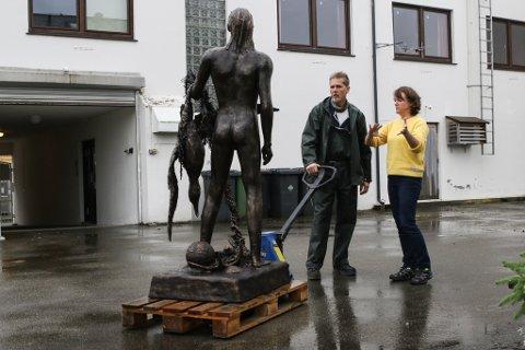 PÅ BYAKVARIET: Børje Møster (i midten) sin første skulptur «Jonas og havsula», og dei to andre skulpturane hans, skal stå på Byakvariet til Monicha Landøy.