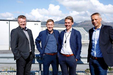 STOLTE OG KRY: Frå venstre står Kjetil Søvik i Sparebanken Vest, Økonomidirektør i INC-konsernet Roald Førde, Jo Dale Pedersen i Sparebanken Sogn og Fjordane og Jan Gurvin, som er spesialrådgjevar i Innovasjon Norge.