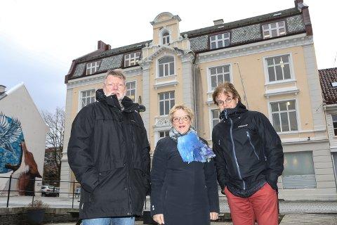 OPPTEKNE AV BYEN: F.v. Torgeir Melvær, Myrtel Horne og Kolbjørn Nesje Nybø i Florø Bys Vel ønskjer debatt om det planlagde rådhuset i Florø.