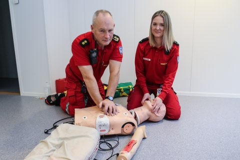 INNSAMLING: Helene Lønne har sett i gang innsamlingsaksjon for å få ny avansert hjarte-lungerednignsdokke til ambulansetenesta i Florø. Den gamle er ikkje brukande lenger. her er ho med dokka og Geir Sagevik til venstre.