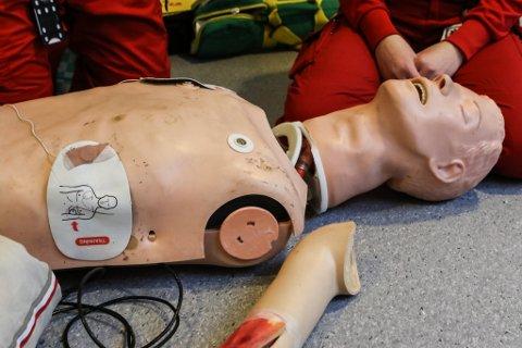 SLITE: Den gamle avanserte hjarte-lungeredningsdokka til ambulansetenesta i Florø er mildt sagt sliten. Hovudet heng ikkje på kroppen, det gjer for så vidt ikkje beina eller armane heller.