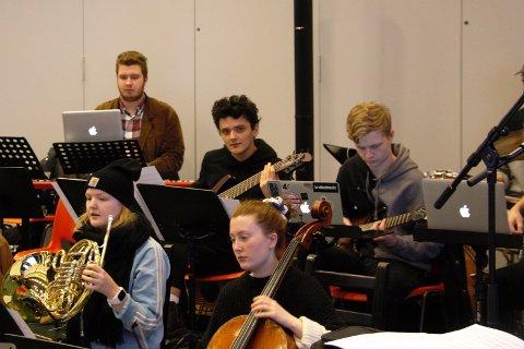 BANDET: Borgar K Bjarkason (18) frå Bremanger (bak frå venstre), Iben Solberg (18) frå Florø og Mildrid Taklo (18) frå Grov spelar i orkesteret når Firda vgs sett opp musikalen Hair.
