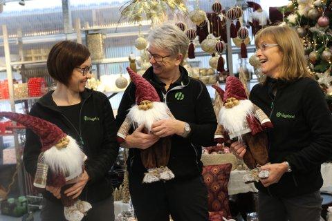 POPULÆRT: Nissar er framleis noko av det mest populære i julebutikken til Rognaldsen gartneri. F.v. Eldbjørg Steindal, Kirsti Rognaldsen og Margrethe Stavang