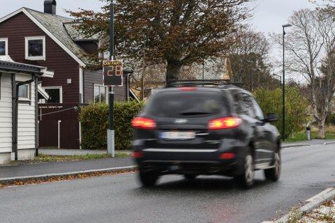 FARTSMÅLAR: Her i Vangsvegen har Flora kommune sett opp ein fartsmålar som i tillegg til å registrere fart på bilane som passerer, registrerer kor mange bilar som passerer og når på døgeret.
