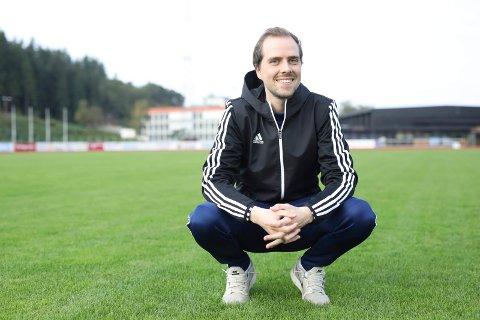 GLER SEG: Morten Olsen er spelarutviklar i Florø Fotball og trenaren til Florø 2. Han meiner spelarane i laget som har fått sjansen til å spele ein så viktig kamp, har all grunn til å glede seg til laurdag.